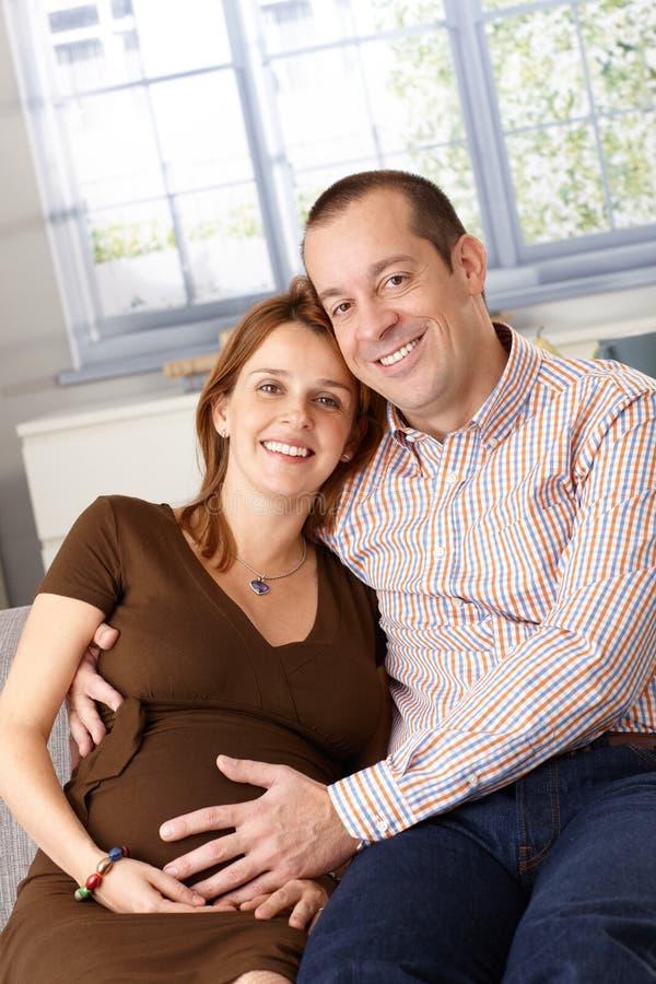 Pares felices que cuentan con una sonrisa del bebé imágenes de archivo libres de regalías