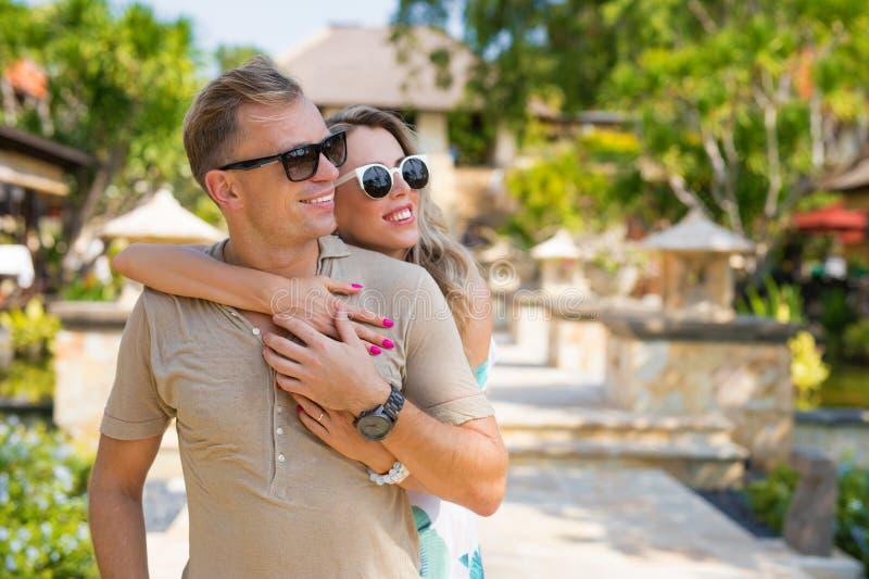 Pares felices que disfrutan de vacaciones en centro turístico tropical foto de archivo