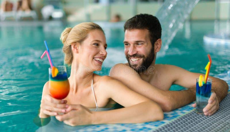 Pares felices que disfrutan del centro turístico de la salud del balneario imagenes de archivo