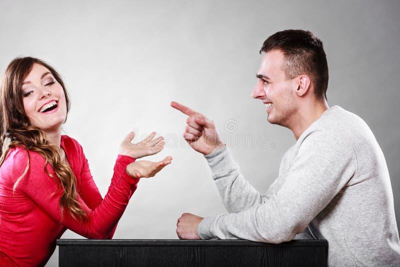 Pares felices que hablan el fecha Conversación imagen de archivo