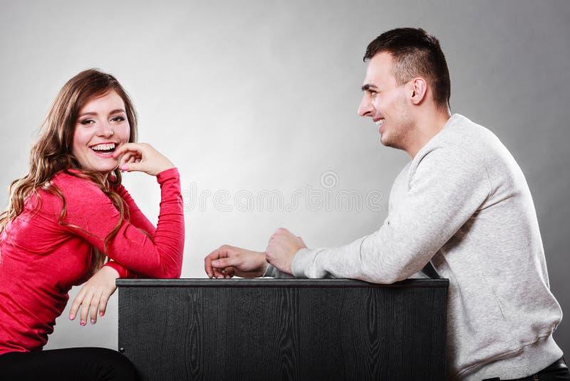 Pares felices que hablan el fecha Conversación imagen de archivo libre de regalías