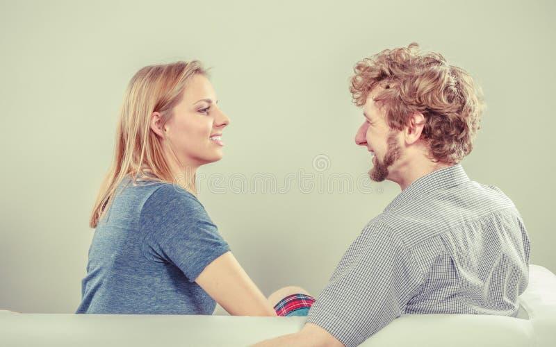 Pares felices que hablan el fecha Conversación foto de archivo