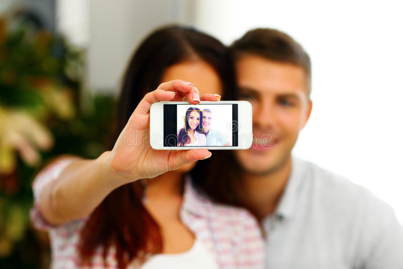 Pares felices que hacen la foto del selfie con smarphone imagen de archivo