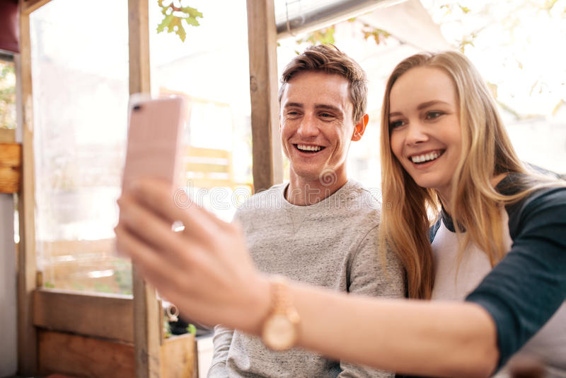 Pares felices que hacen un selfie imagen de archivo libre de regalías