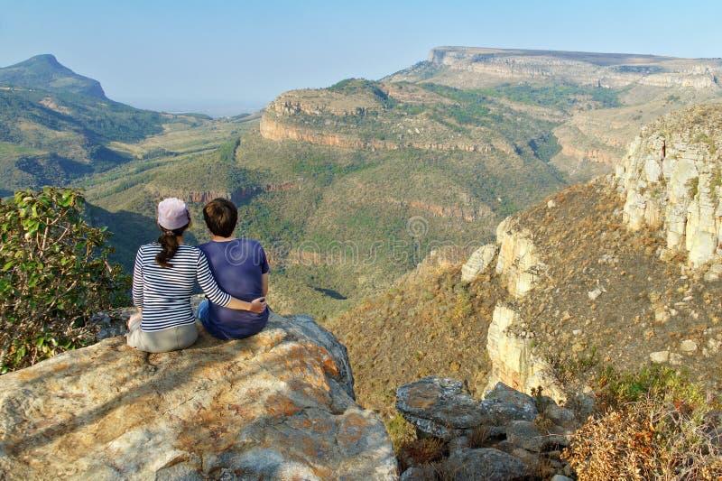 Pares felices que miran la hermosa vista del barranco del río de Blyde fotografía de archivo