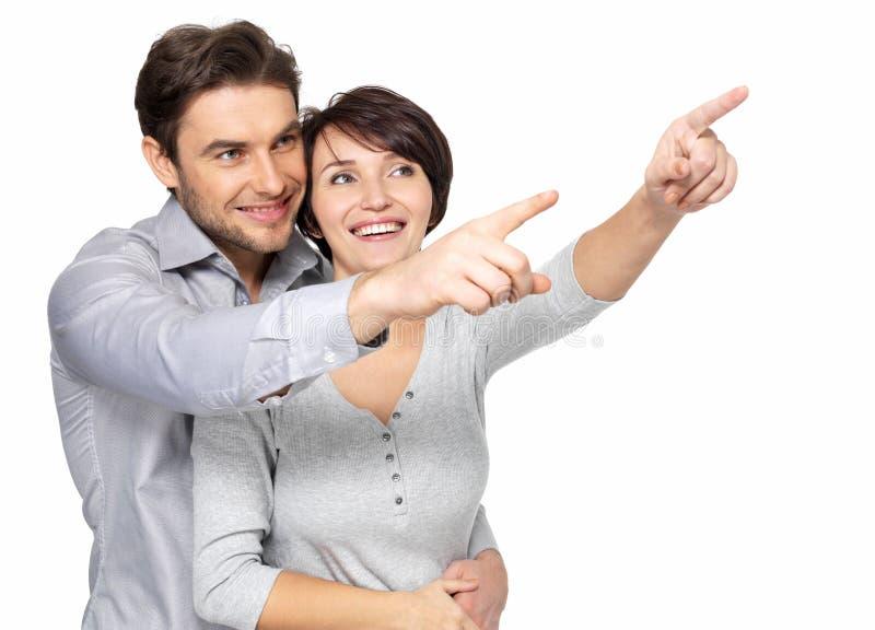 Pares felices que miran y que señalan en la distancia fotografía de archivo libre de regalías