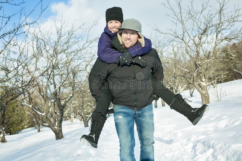 Pares felices que se divierten al aire libre nieve Invierno fotografía de archivo