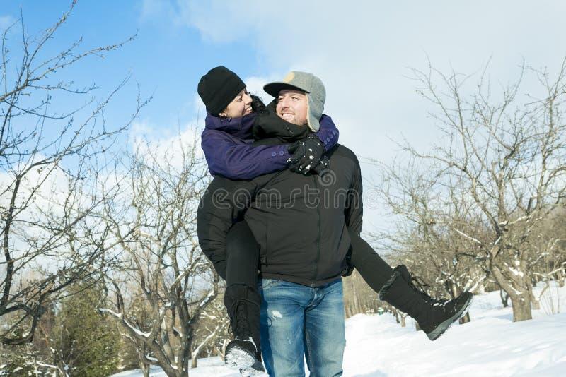 Pares felices que se divierten al aire libre nieve Invierno imagen de archivo