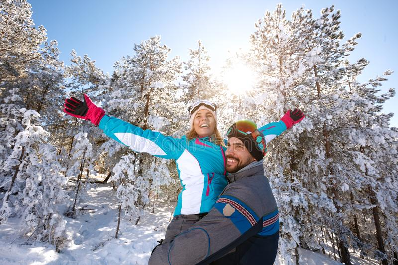 Pares felices que se divierten en naturaleza nevosa fotos de archivo libres de regalías