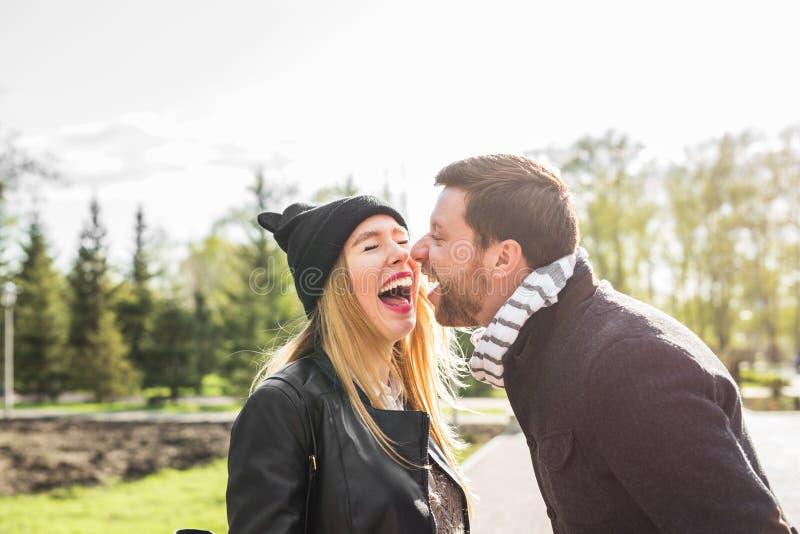 Pares felices que se divierten y que engañan alrededor El hombre alegre con la mujer tiene tiempo agradable Buena relación fotografía de archivo libre de regalías