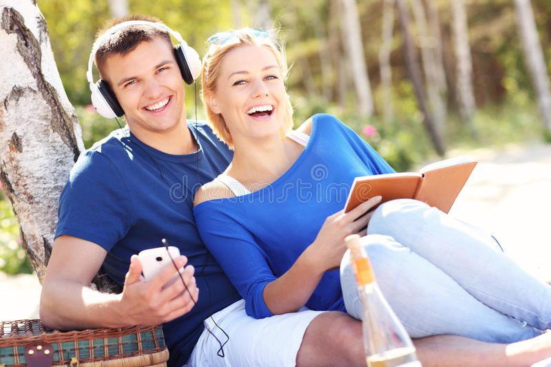 Download Pares Felices Que Se Relajan En La Playa Imagen de archivo - Imagen de holiday, copia: 42425479