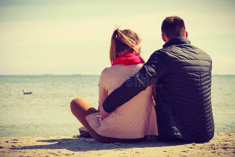 Pares felices que tienen fecha en la playa fotografía de archivo