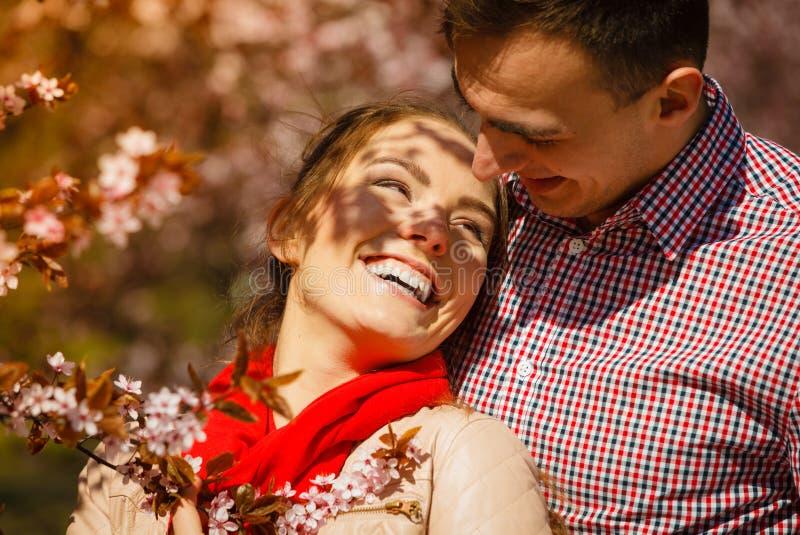 Pares felices que tienen fecha romántica en parque imagenes de archivo