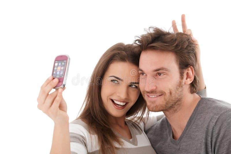 Pares felices que toman la foto de sí mismos foto de archivo