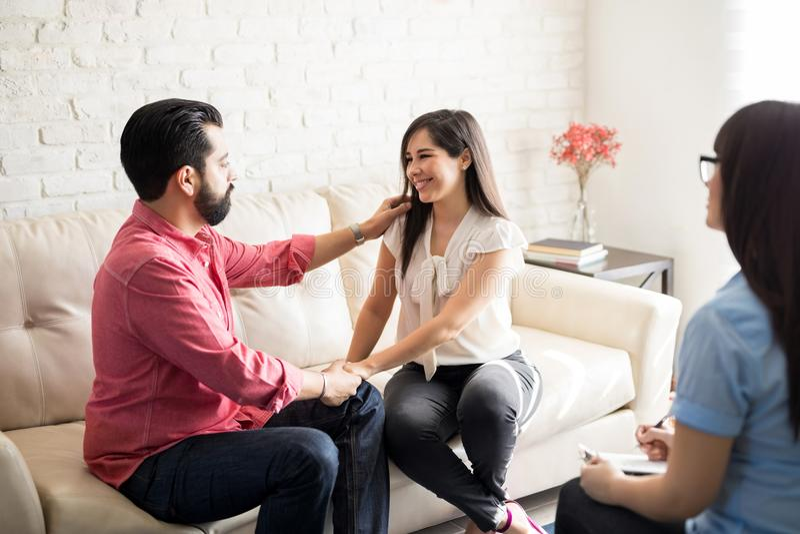 Pares felizes após a terapia marital eficaz fotografia de stock royalty free