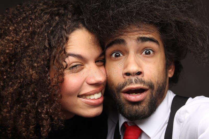 Pares felizes bonitos do amor na frente de um fundo fotografia de stock