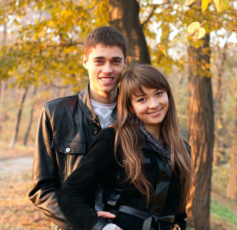 Pares felizes bonitos novos no amor dentro ao ar livre imagens de stock royalty free