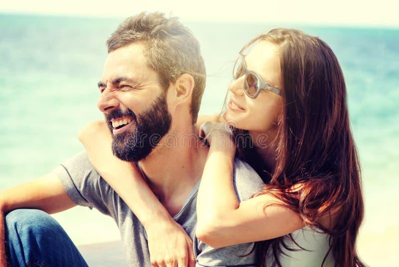 Pares felizes bonitos novos no amor que abraça maciamente na perspectiva do mar, conceito do dia de Valentim da lua de mel do amo fotografia de stock royalty free