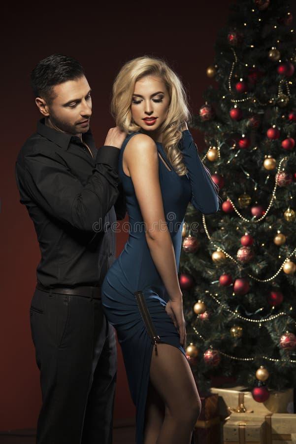 Pares felizes com árvore de Natal foto de stock royalty free
