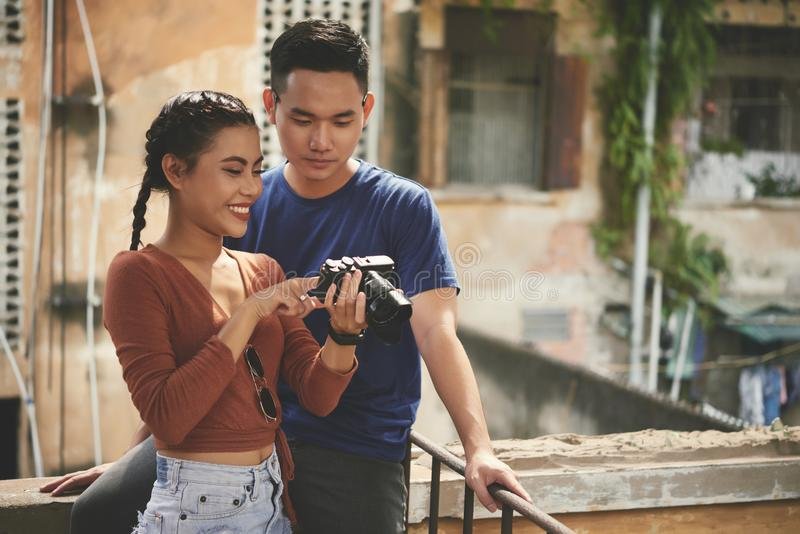 Pares felizes com câmara digital imagens de stock
