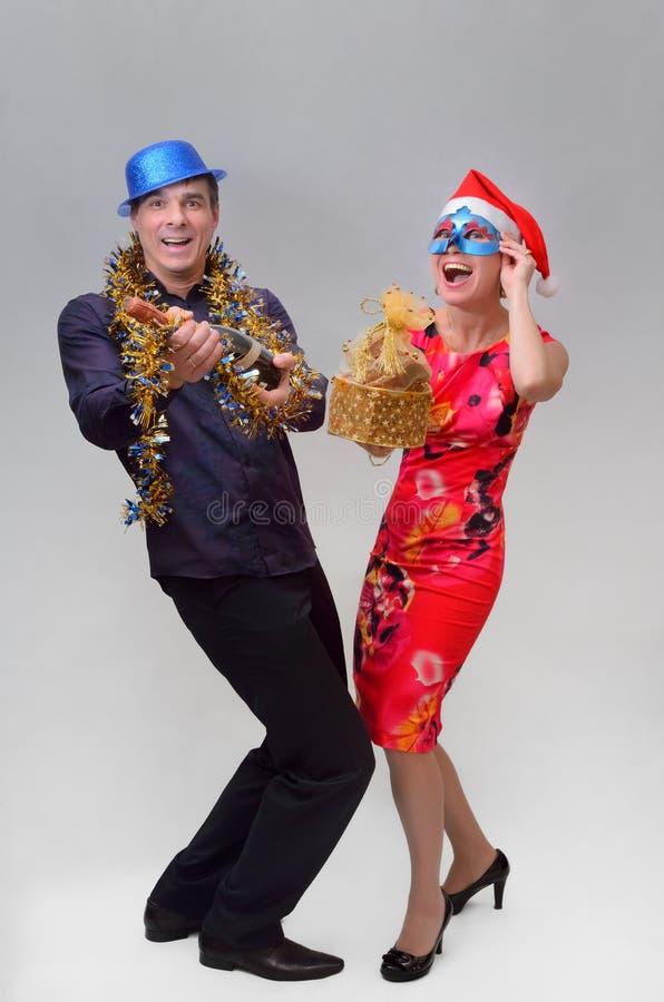 Pares felizes com champanhe e presentes fotos de stock royalty free