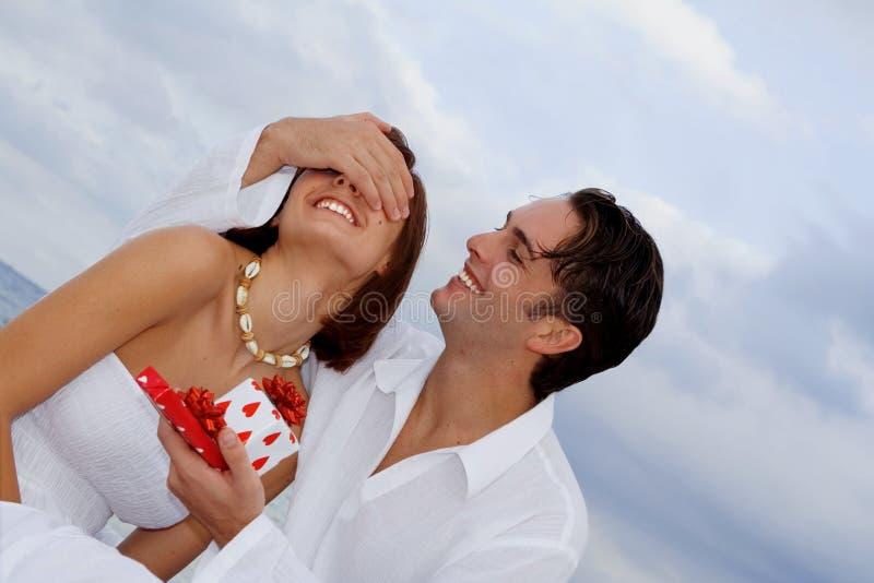 Pares felizes com presente da surpresa fotografia de stock royalty free