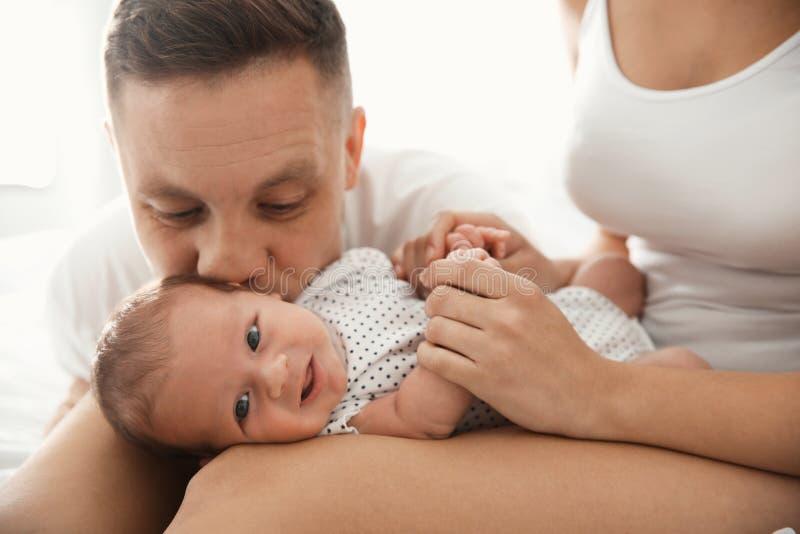 Pares felizes com seu bebê recém-nascido foto de stock