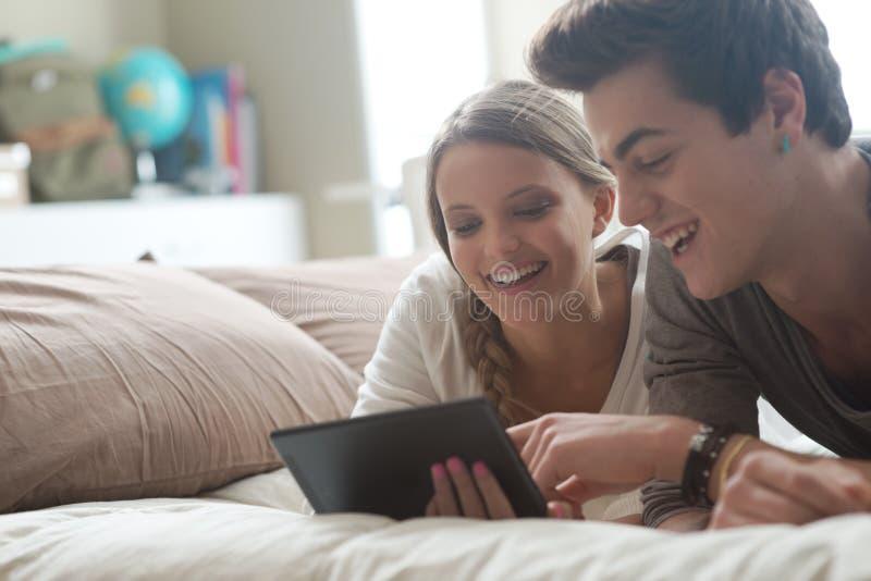 Pares felizes com tabuleta digital imagens de stock