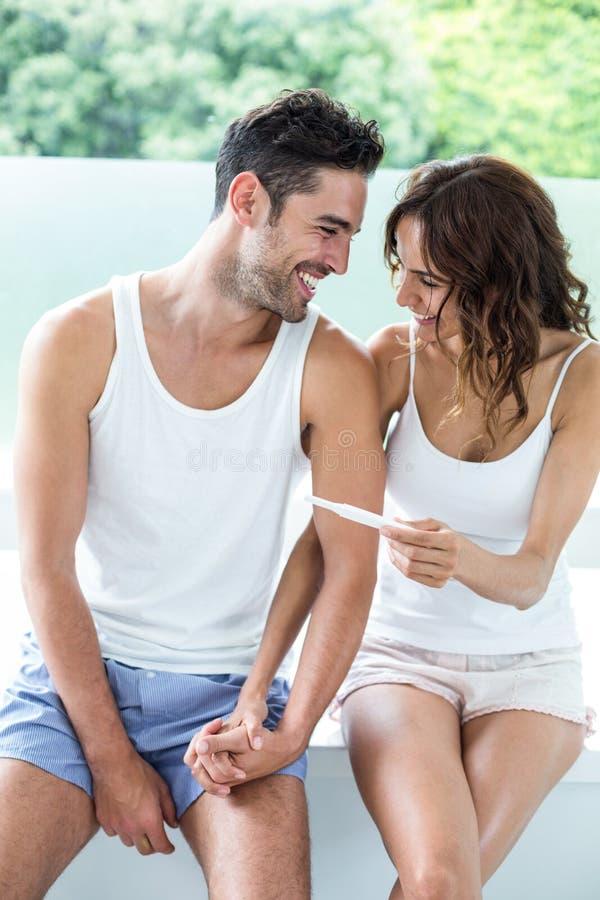 Pares felizes com teste de gravidez fotografia de stock