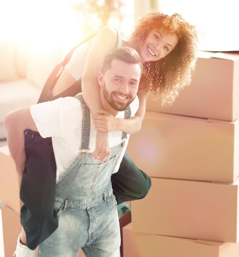 Pares felizes da família que abraçam em uma casa nova fotos de stock royalty free