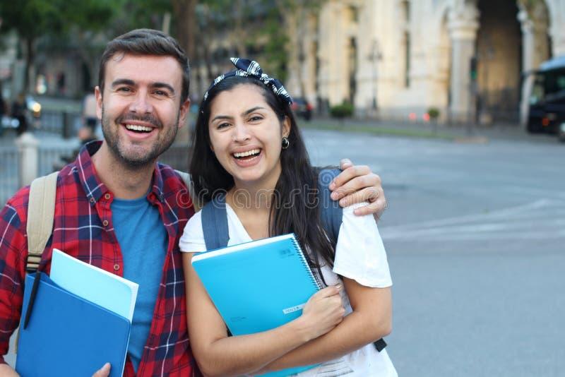 Pares felizes de estudantes universitário fora imagem de stock royalty free