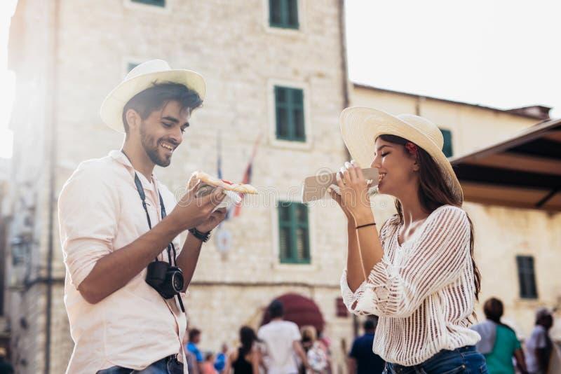 Pares felizes de turista que comem a pizza imagens de stock royalty free