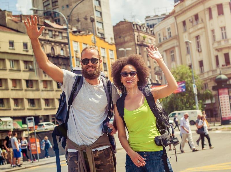 Pares felizes de turistas que apreciam sua viagem imagens de stock