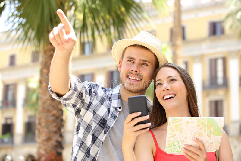 Pares felizes de turistas que sighteeing fotografia de stock royalty free