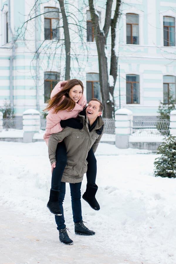 Pares felizes de viajantes do inverno a estação fria fotografia de stock royalty free