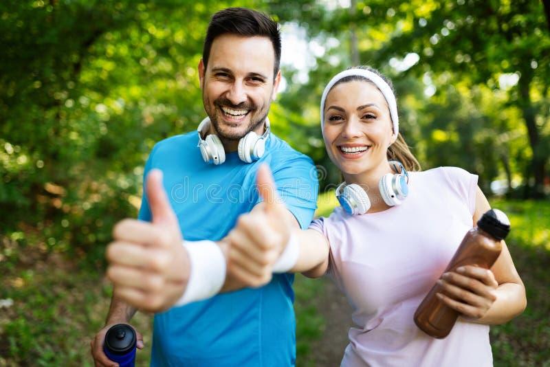 Pares felizes desportivos que exercitam junto Conceito do esporte fotos de stock royalty free