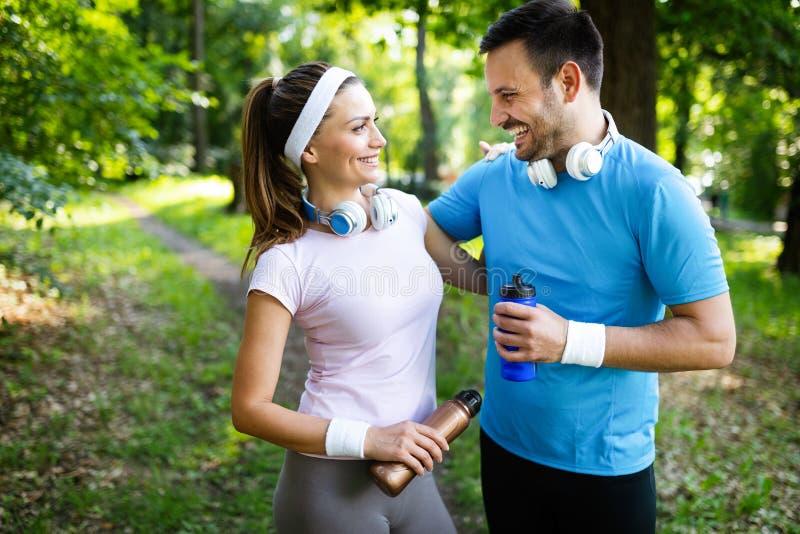 Pares felizes desportivos que exercitam junto Conceito do esporte fotografia de stock