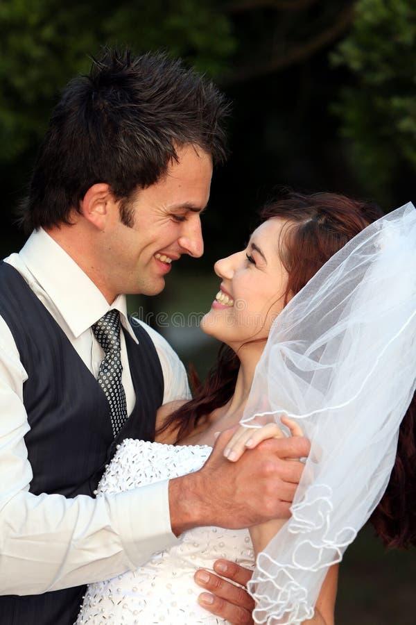 Pares felizes do casamento fotografia de stock royalty free