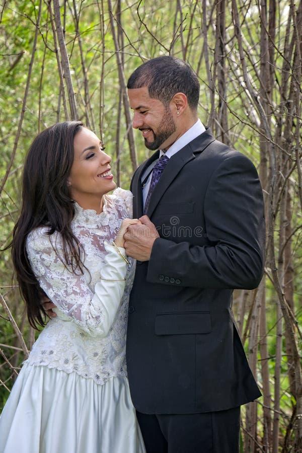 Pares felizes do casamento fotografia de stock