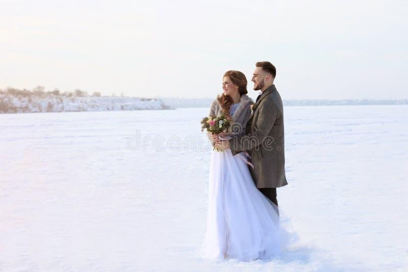 Pares felizes do casamento ao ar livre imagens de stock royalty free