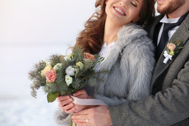 Pares felizes do casamento fora no dia de inverno imagem de stock
