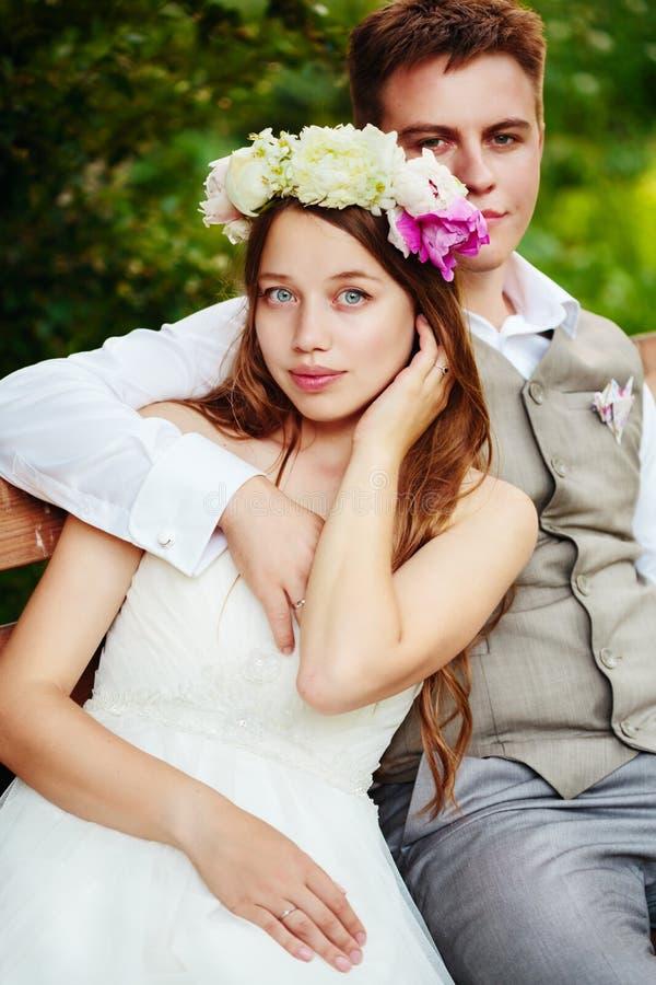 Pares felizes do casamento no parque fotografia de stock