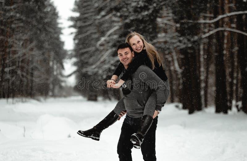 Pares felizes do curso do inverno imagens de stock royalty free