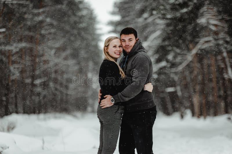 Pares felizes do curso do inverno fotografia de stock royalty free