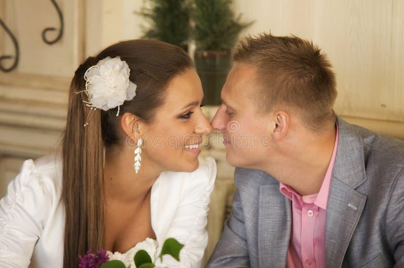 Pares felizes do newlywed fotos de stock royalty free