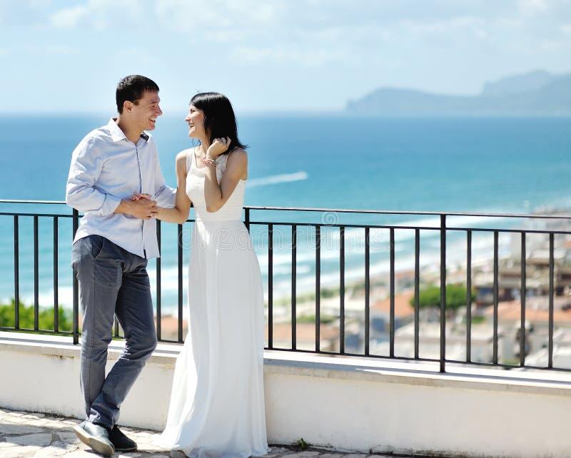 Pares felizes do recém-casado no dia do casamento em Itália fotos de stock royalty free