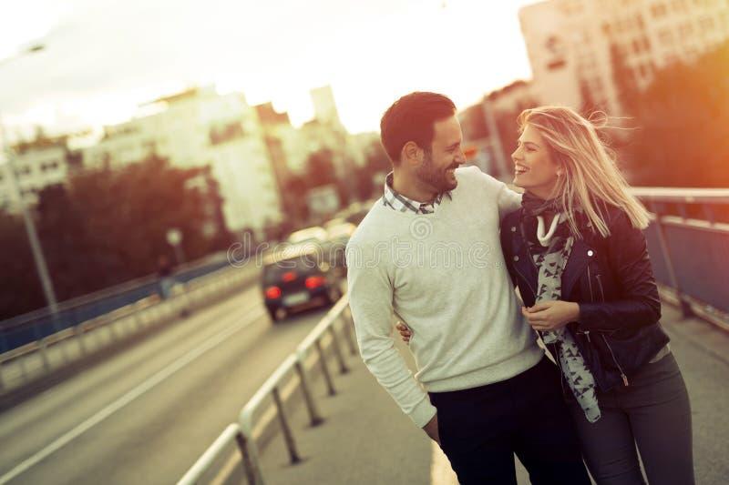 Pares felizes do turista na viagem do amor imagens de stock