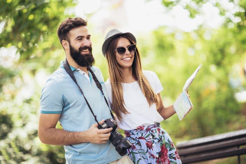 Pares felizes do turista no parque imagem de stock royalty free