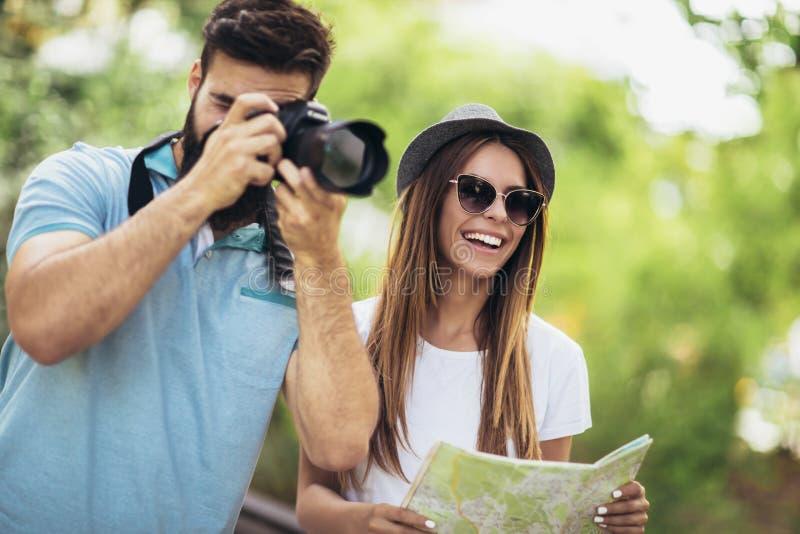 Pares felizes do turista no parque imagens de stock royalty free