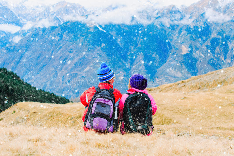 Pares felizes do turista que caminham nas montanhas fotografia de stock